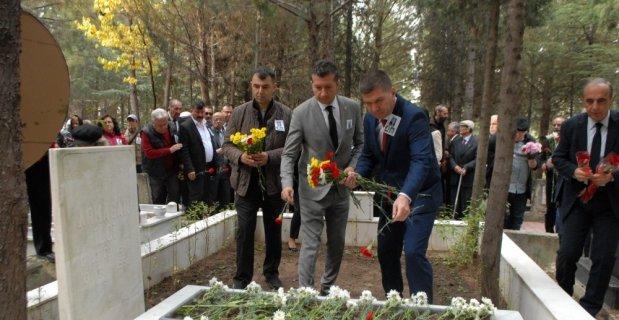 21 yıl önce kazada ölen belediye başkanı mezarı başında anıldı