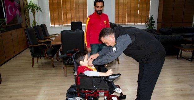 Siirt Emniyet Müdürü Kızılay, engelli çocuğun isteğini yerine getirdi