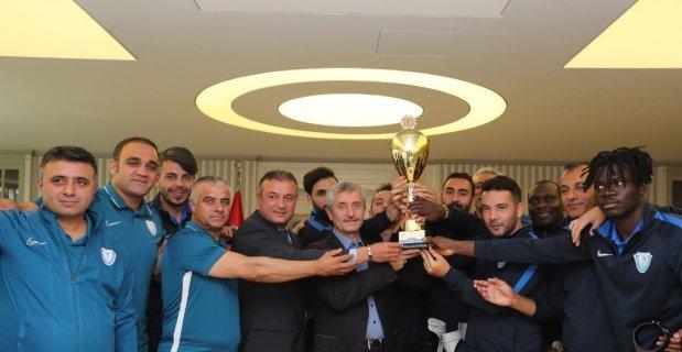 Türkiye Kupası'nı Onursal Başkan Tahmazoğlu'na hediye ettiler