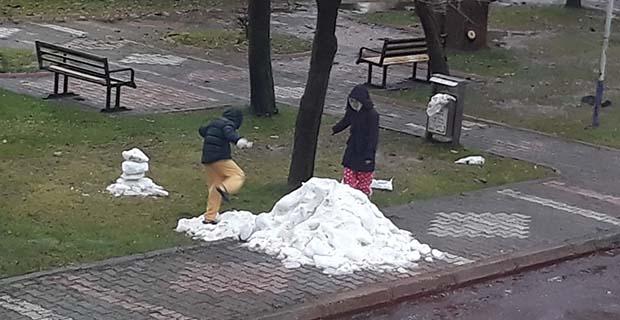 Çocuklar oynasın diye kar getirdi