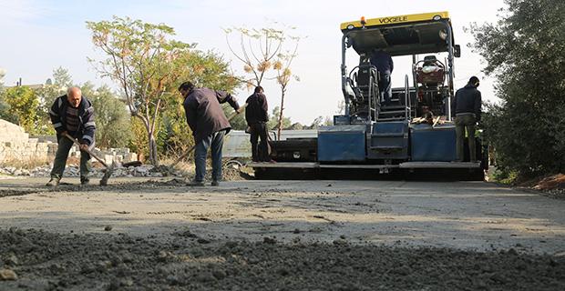 Erdemli'de beton yol çalışmaları sürüyor