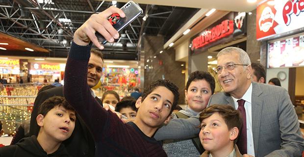 Başkan'ın çocuklarla sinema keyfi