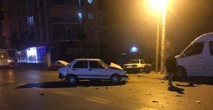 Alkollü olduğu iddia edilen sürücüye hızla gelen otomobil çarptı: 2 yaralı