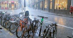 Dolu yağdı, sokaklar beyaza büründü