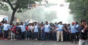Hindistan'da eğitimi durduran hava kirliliği koşu yarışını engelleyemedi