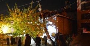 Elektrik direği evin çatısına devrildi