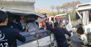 Kocaeli TEM'de turistleri taşıyan midibüse kamyonet çarptı: 2'si ağır 5 yaralı