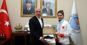 Madalya sevincini Başkan Gültak'la paylaştı