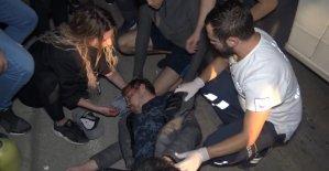 Motosiklet ile otomobil çarpıştı: 2 yaralı... Kendilerine çarpan aracı tekmeledi
