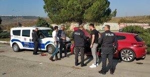Otomobilde mahsur kalan gençleri polis kurtardı