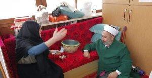 Pembe nine aylığını camiye bağışladı