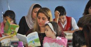 Şırnak'ta anneler, çocukları ile birlikte kitap okuyor