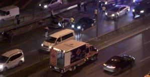 Vatan Caddesi'nde kontrolden çıkan bir otomobil önce elektrik direğine çarptı ardından karşı şeride geçerek takla attı. Kazada yaralıların olduğu öğrenilirken trafik durma noktasına geldi.