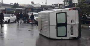 Ara yoldan kontrolsüz çıkan pikap, minibüsü devirdi