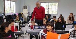 Başkan Tarhan, piyano kursunda