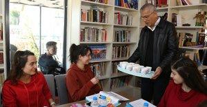 Kütüphanede gençlere çorba ikramı