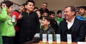 Mezun olduğu okulda süt dağıttı