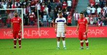 Maç esnasında saygı duruşu